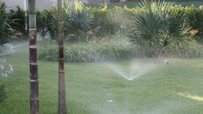 Como funcionam as bombas em um sistema de irrigação residencial?